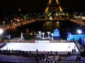 pista de patinação com a Torre Eiffel ao fundo