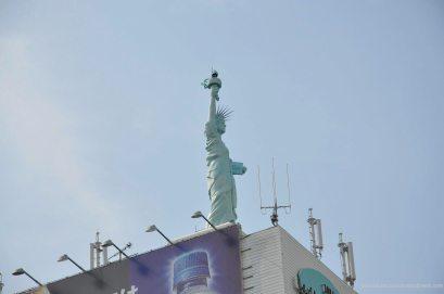 estátua no topo de um prédio