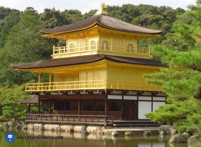 """O interessante é que tem 3 estilos diferentes em uma única estrutura. O 1 º andar é """"Shinden-zukuri"""" inspirado nos palácios do período Heian (quando Kyoto era a antiga capital imperial), o 2 º andar é """"Buke-zukuri"""" inspirado na casa de samurais, e o 3 º é ¨Zensyu-you¨ inspirado em uma sala de templo Zen chinês."""